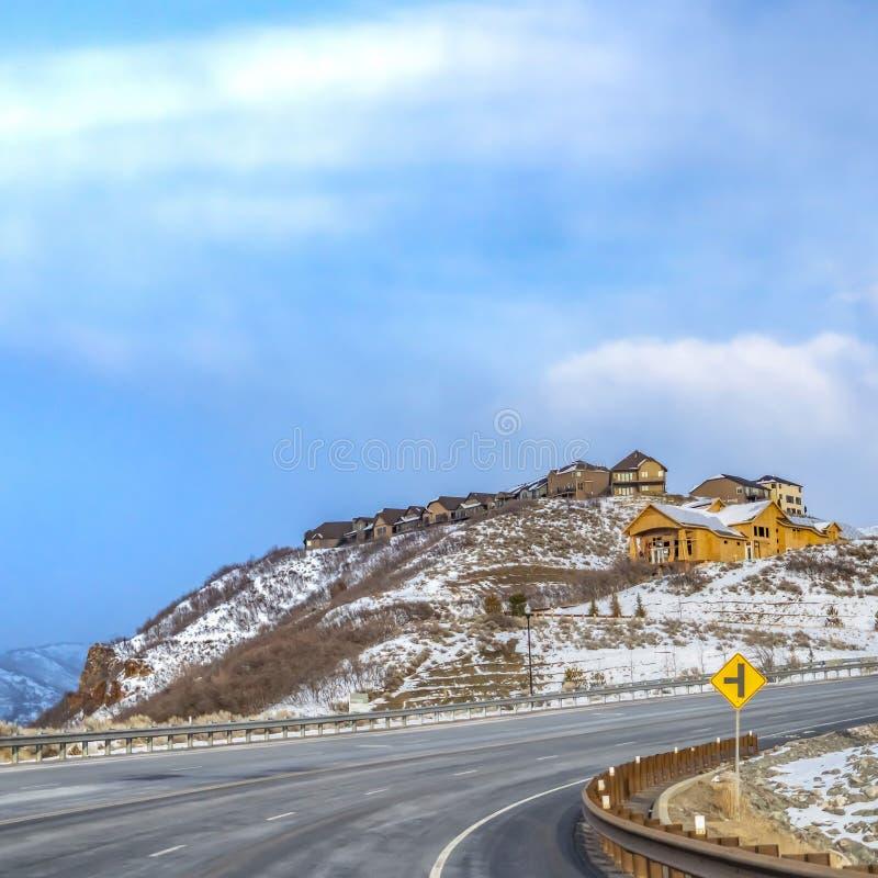 Ontruim Vierkante Toneel de wintermening van een sneeuw behandelde berg tegen rustige bewolkte blauwe hemel royalty-vrije stock foto