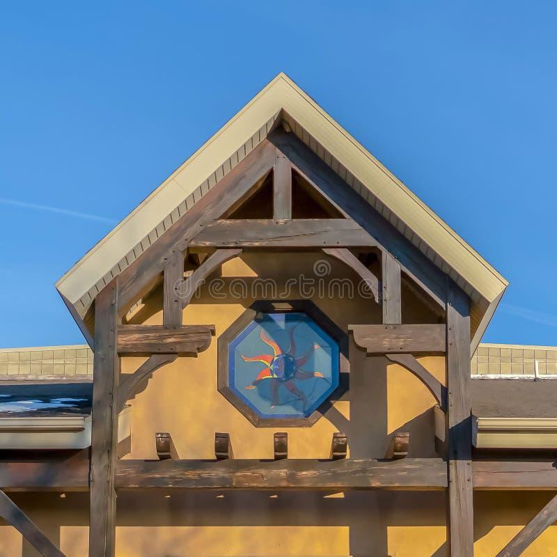 Ontruim Vierkante Voorgevel van een rustiek gebouw tegen levendige blauwe hemel op een zonnige dag stock afbeeldingen