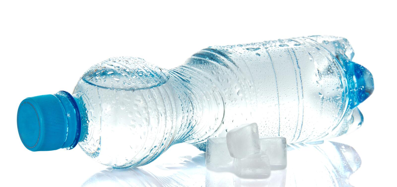 Ontruimd drinkwater in plastic fles stock afbeelding