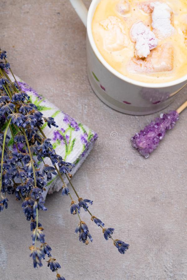 ontspan de stemming van de kuuroordlavendel met kop van koffie, violette kandijsuiker op houten stok, heemst, lavander drukhanddo stock foto's