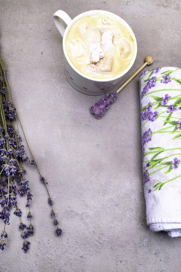 ontspan de stemming van de kuuroordlavendel met kop van koffie, violette kandijsuiker op houten stok, heemst, lavander drukhanddo royalty-vrije stock foto's
