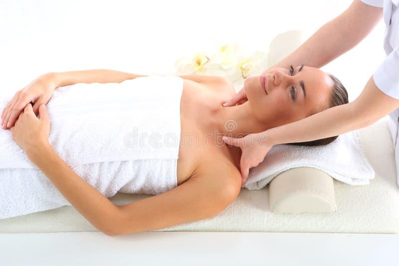Ontspan in het kuuroord - vrouw bij massage royalty-vrije stock afbeelding