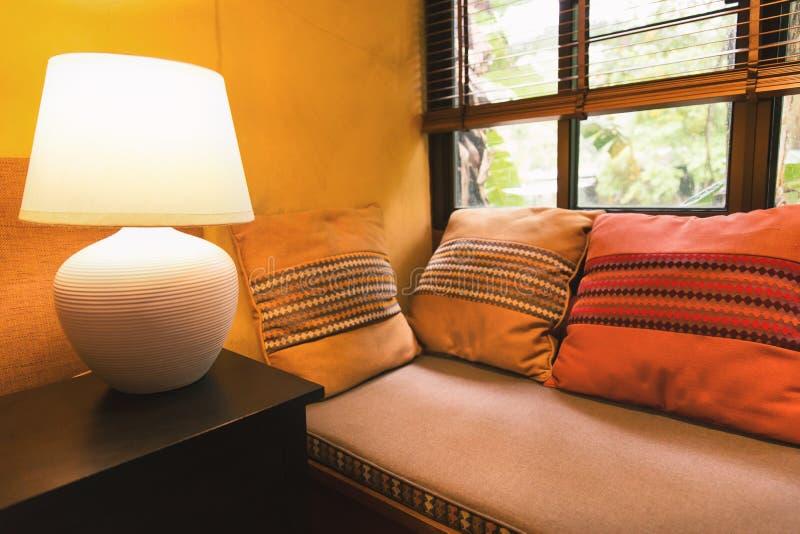 Ontspan hoek met lamp dichtbij venster royalty-vrije stock afbeelding