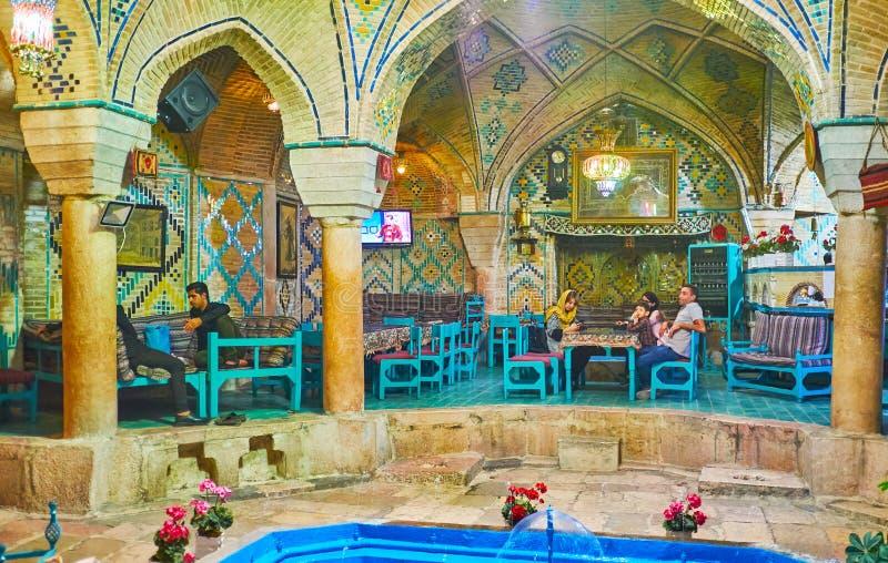 Ontspan in middeleeuws theehuis, Kerman, Iran stock afbeelding