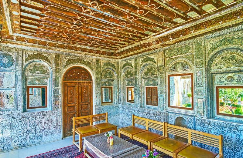 Ontspan in middeleeuwse spiegelveranda van Perzisch herenhuis, Shiraz, Ira stock afbeelding