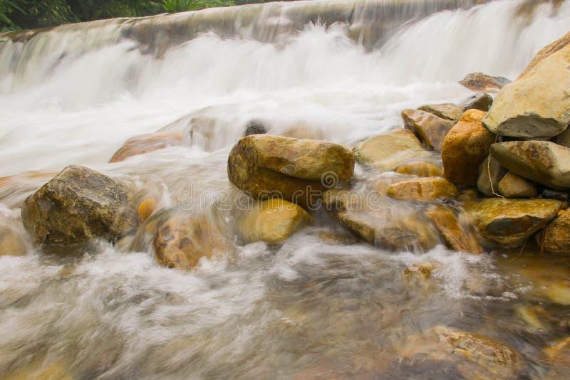 Ontspan na het werken aan weekend met de daling van het Stroomwater bij chathaburi in Thailand stock foto's
