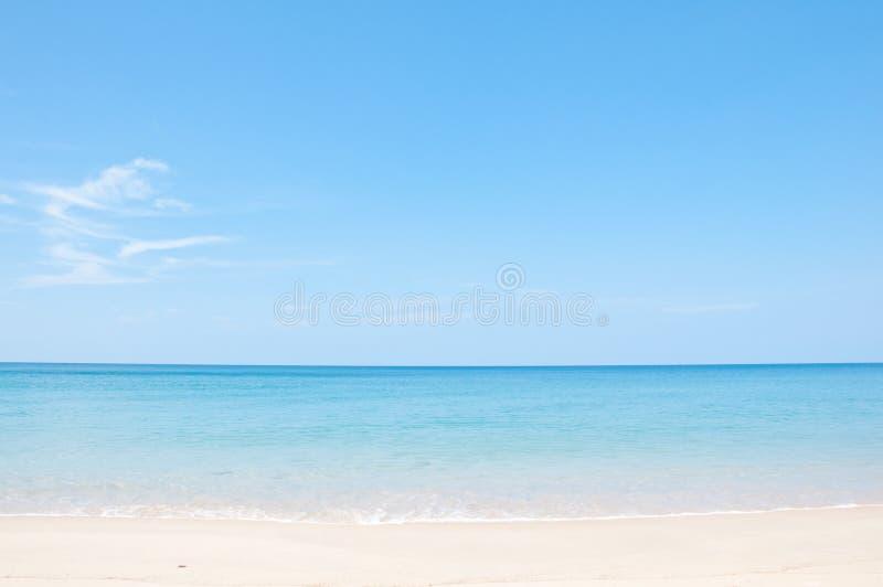 Ontspan op het strand en het tropische overzees royalty-vrije stock foto