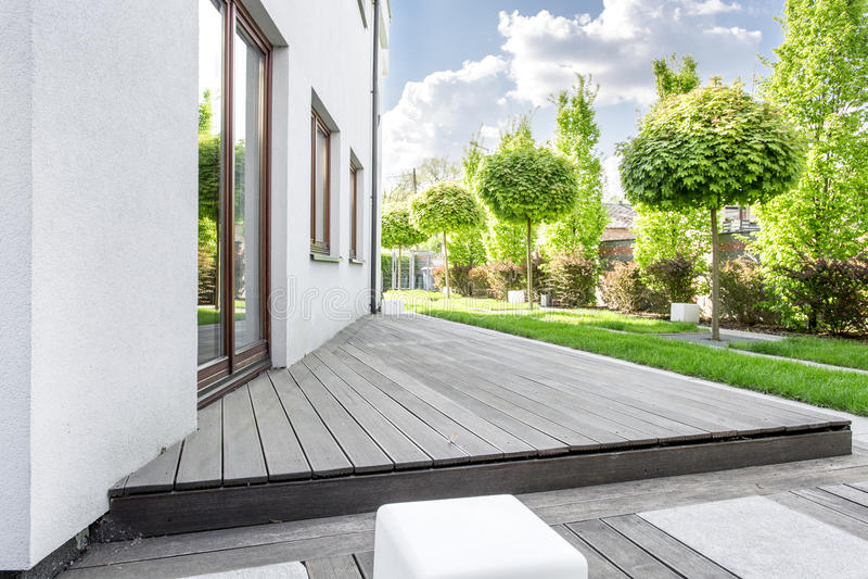 Ontspan thuis tuin stock afbeelding
