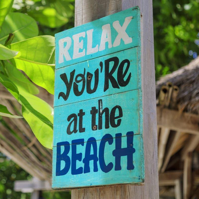 Ontspan, u `-Re bij het strand - houten teken stock foto's