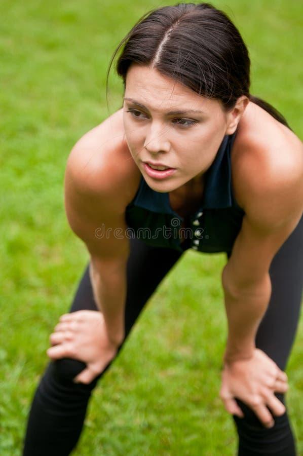 Ontspan - vermoeide vrouw na sport royalty-vrije stock foto's