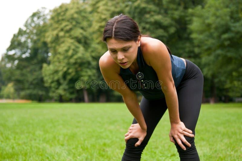 Ontspan - vermoeide vrouw na sport stock afbeeldingen