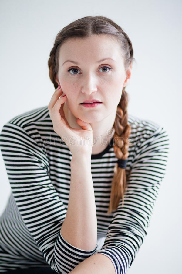 Ontspannen aantrekkelijke vrouw stock fotografie