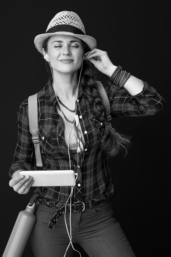 Verminderde actieve vrouwelijke wandelaar met tablet-pc die naar muziek luistert stock fotografie