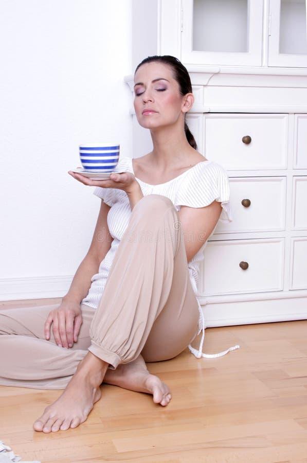 Ontspannen coffe thee drinkend meisje stock afbeeldingen