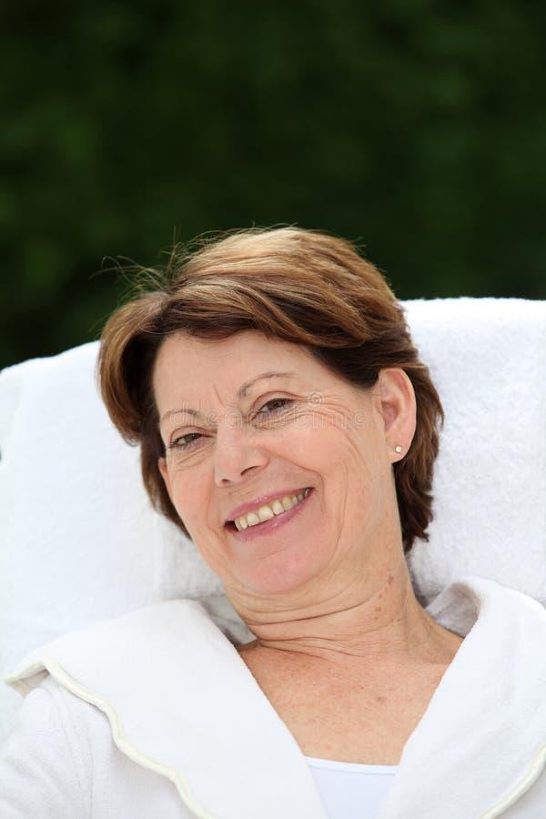 Ontspannen hogere vrouw royalty-vrije stock foto