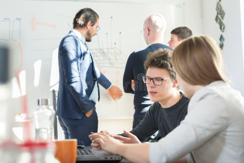 Ontspannen informele IT het teamvergadering van het opstarten van bedrijvenbedrijf royalty-vrije stock foto's