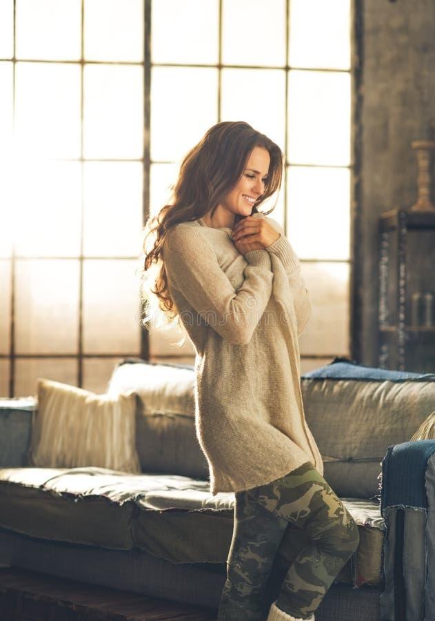 Ontspannen jonge vrouw in zolderflat royalty-vrije stock afbeelding