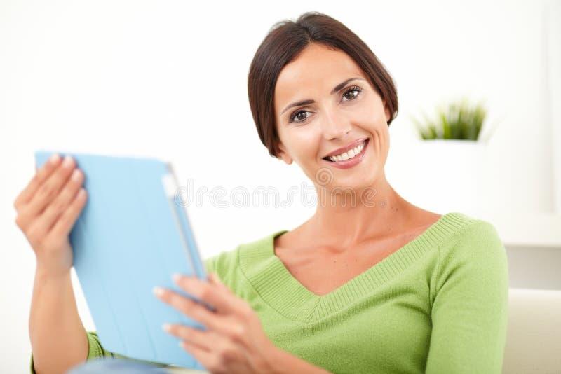 Download Ontspannen Kaukasische Vrouw Die Een Tablet Houden Stock Foto - Afbeelding bestaande uit looking, nadruk: 54078792