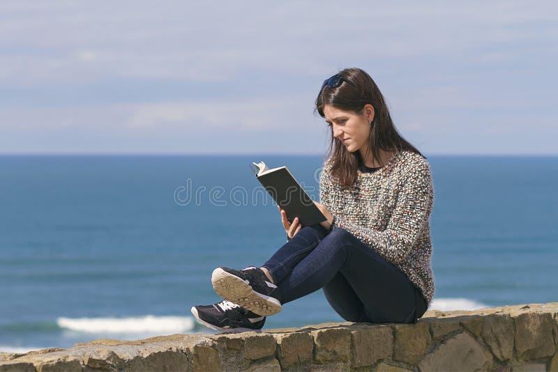 Ontspannen lezend een boek stock foto's