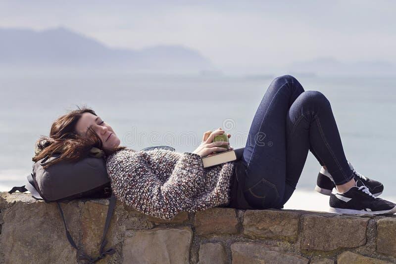 Ontspannen lezend een boek royalty-vrije stock fotografie