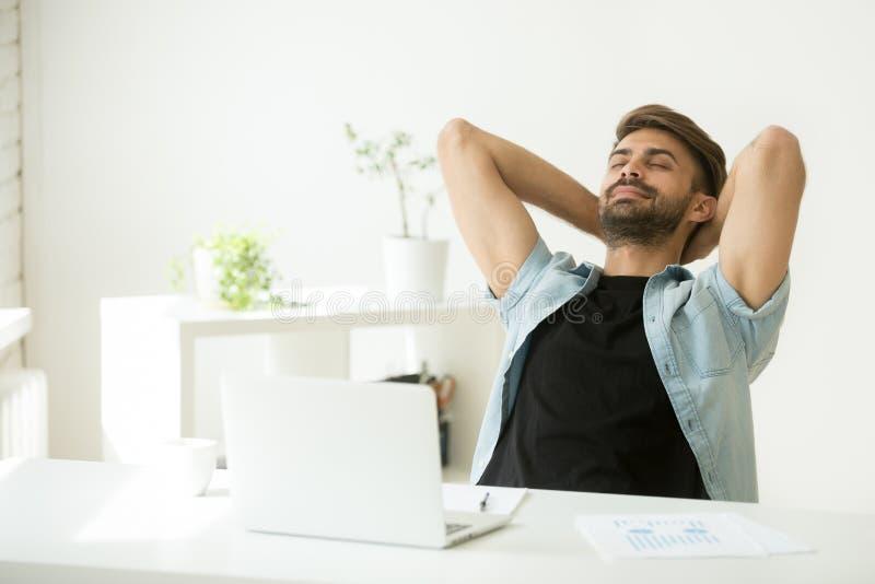 Ontspannen mens die van het werk op laptop hand achter hoofd rusten royalty-vrije stock afbeeldingen
