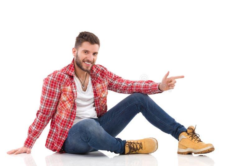 Ontspannen mens in houthakkersoverhemd stock foto's