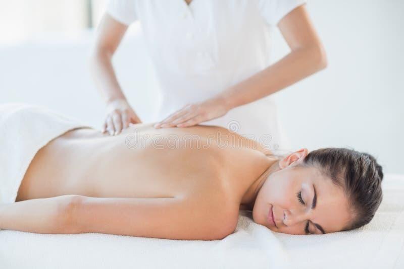 Ontspannen naakte vrouw die massage ontvangt stock foto's