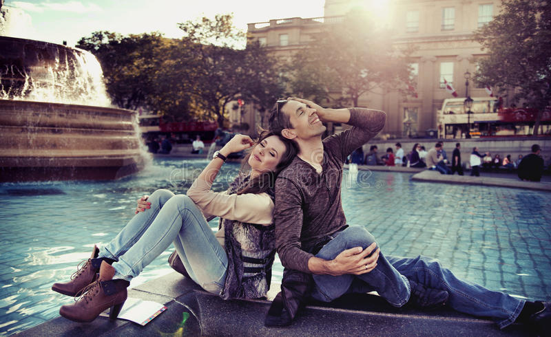 Ontspannen paar dat in de stad rust stock foto