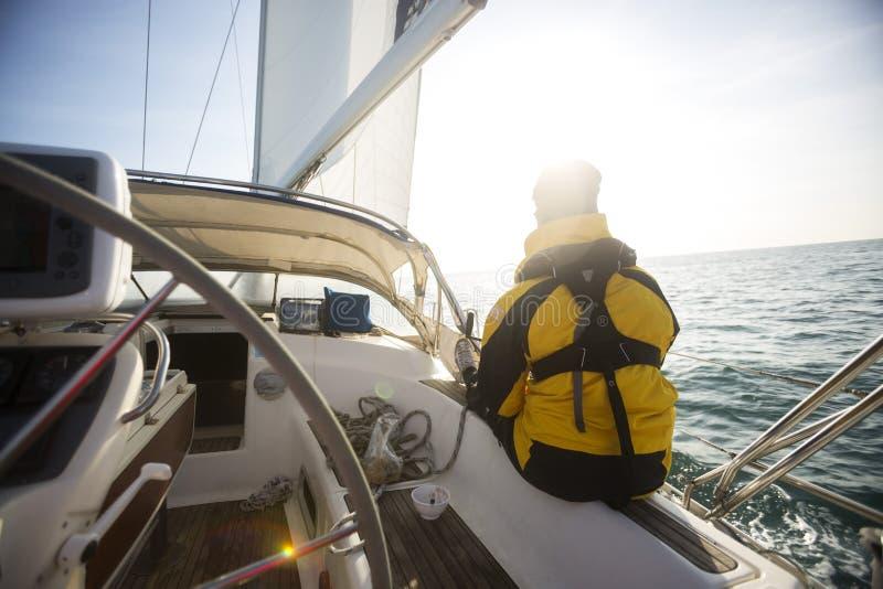 Ontspannen Rijpe Mens die op Jacht varen royalty-vrije stock fotografie