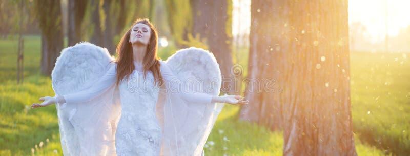 Ontspannen vrouw met de reusachtige vleugels stock afbeelding