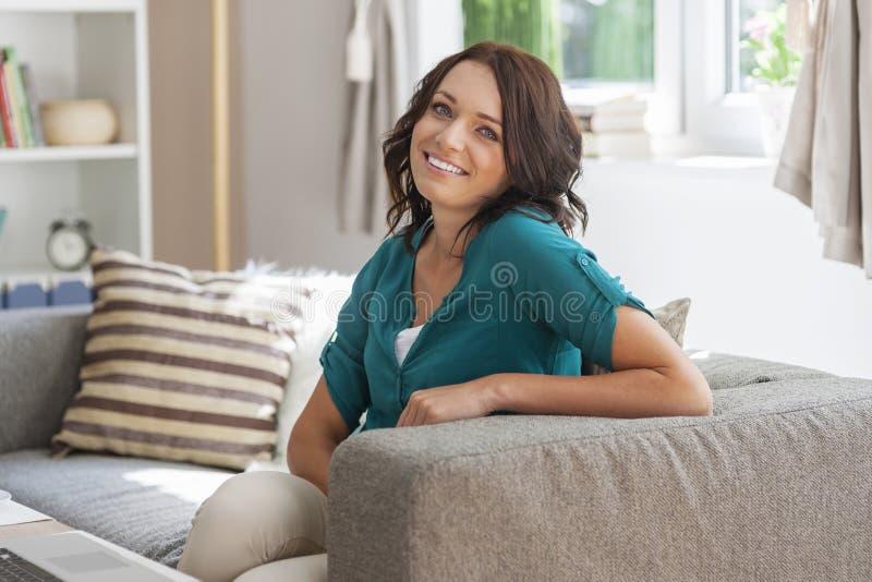 Ontspannen vrouw thuis royalty-vrije stock afbeeldingen