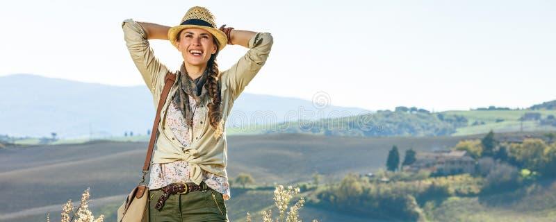 Ontspannen vrouwenwandelaar die van de mening die van Toscanië genieten afstand onderzoeken stock fotografie