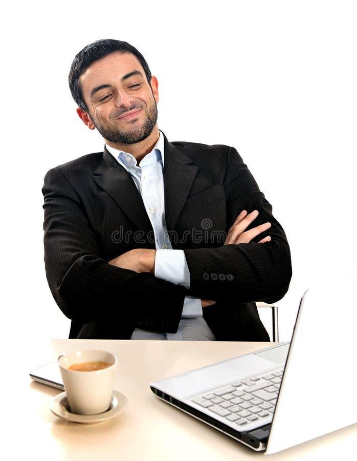 Ontspannen Zakenman die met computer werken stock afbeeldingen