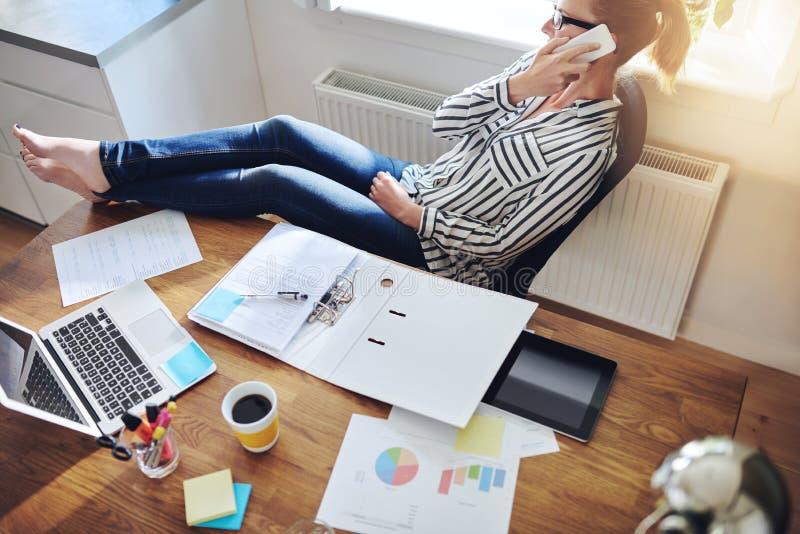 Ontspannen zekere vrouwelijke ondernemer stock afbeeldingen