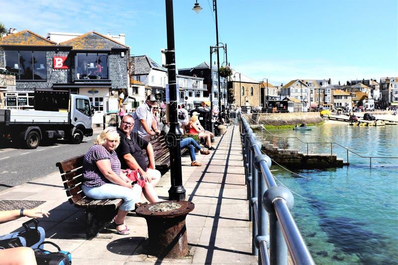 Ontspannend bij St Ives haven, Cornwall, het UK stock afbeelding
