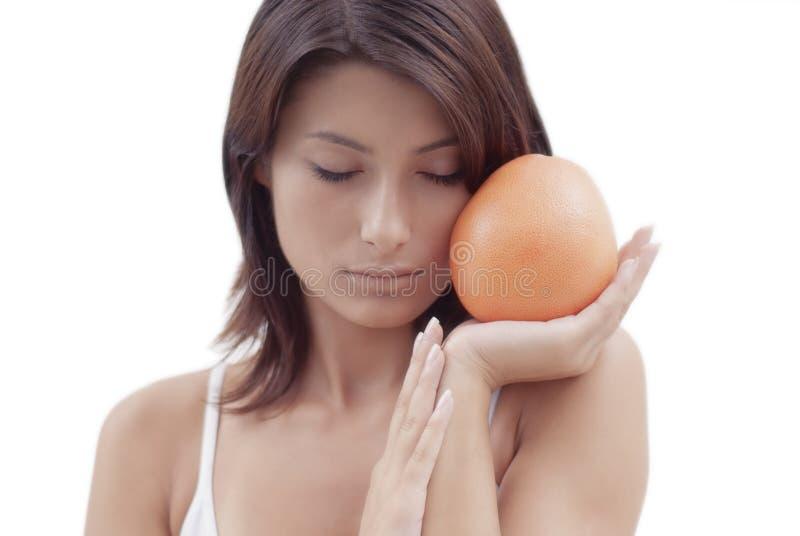 Ontspannend Meisje Met Een Oranje Fruit Stock Foto's