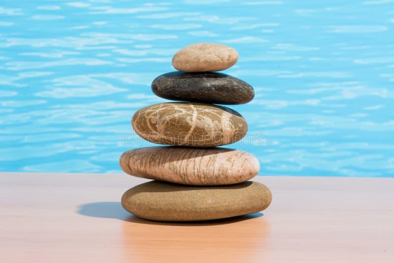 Ontspannend op de pool, stapel stenen Zen en kuuroordconcept stock afbeelding