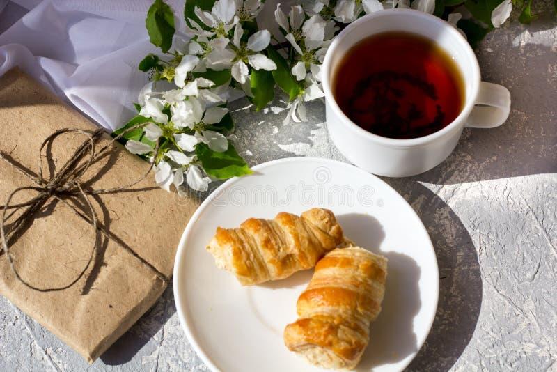Ontspannend tijd en geluk met kop thee met onder verse de lentebloem royalty-vrije stock afbeelding