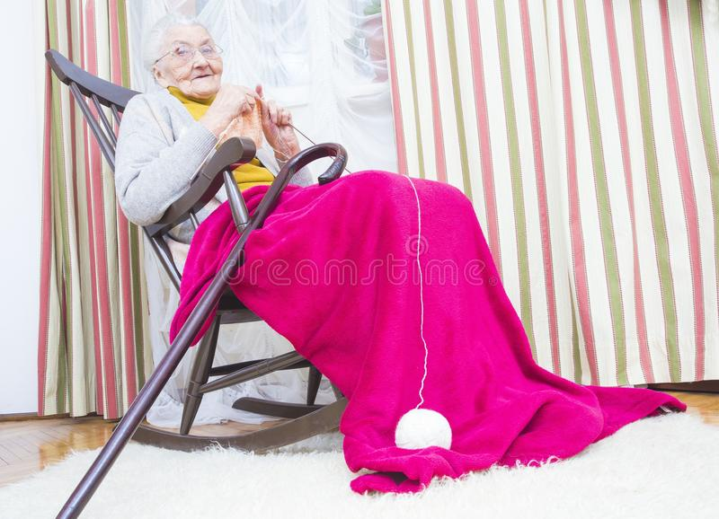 Ontspannende bejaarde hobby stock afbeelding