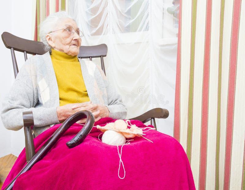 Ontspannende bejaarde hobby stock fotografie