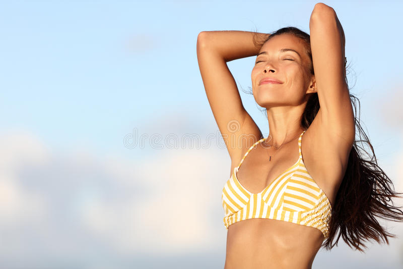 Ontspannende bikinivrouw die vrij in openluchtaard voelen royalty-vrije stock afbeelding