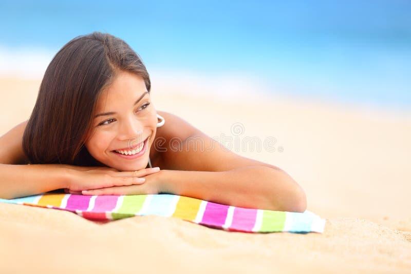 Ontspannende gelukkige strandvrouw stock fotografie
