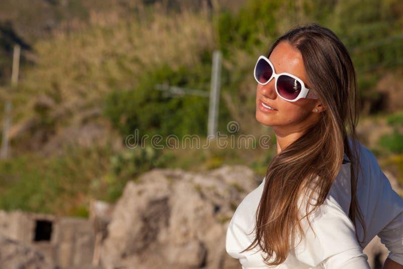 Ontspannende gelukkige vrouw die van de de zomerzon genieten stock afbeelding