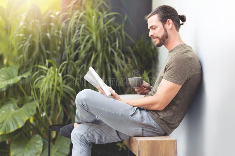 Ontspannende Hipster-mens die een boek lezen royalty-vrije stock foto
