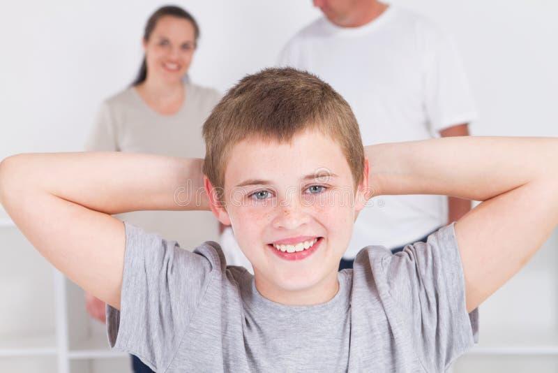 Ontspannende jongen met ouders royalty-vrije stock afbeelding