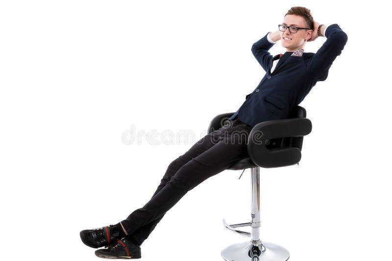 Ontspannende knappe zakenman royalty-vrije stock afbeelding