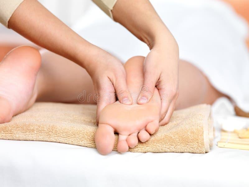 Ontspannende massage op de voet in kuuroordsalon stock fotografie