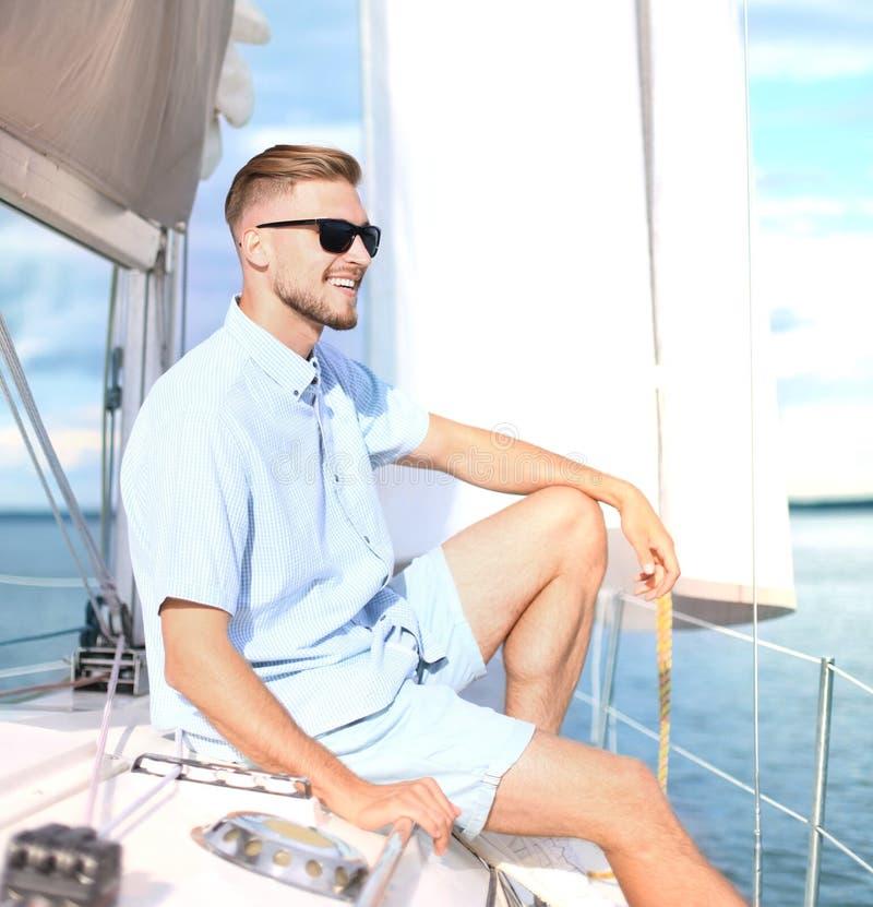 Ontspannende mensenzitting op boot die op gelukkig en onbezorgde overzees varen royalty-vrije stock foto