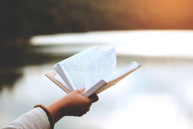 Ontspannende ogenblikken, geniet de Jonge vrouwen die en boek openen lezen van van rust openlucht met het concept van de zomervak royalty-vrije stock foto