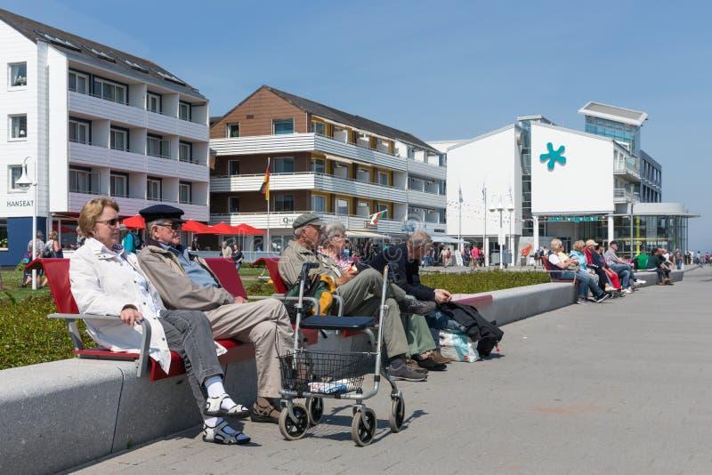 Ontspannende oudere mensen bij plein dichtbij haven van Helgoland duitsland stock foto